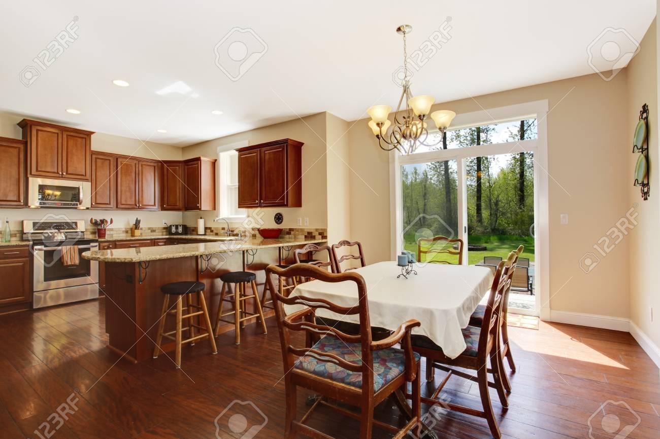 Amplia cocina con comedor y cubierta de huelga. Vista de conjunto rústica  mesa de comedor