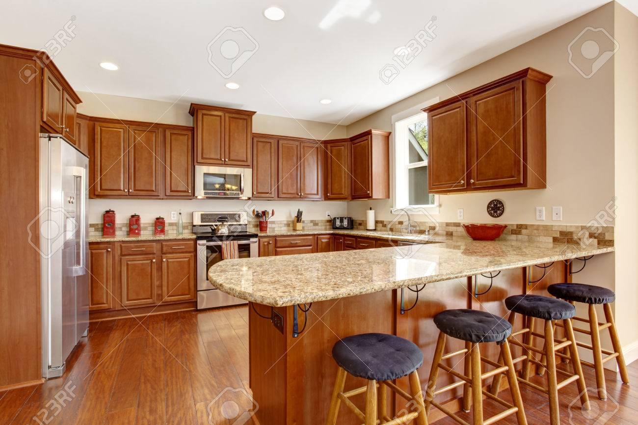 Helle küche zimmer mit fenster. blick auf braun lagerschränke mit ...