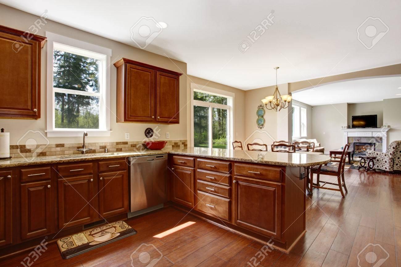 Helle Küche Zimmer Mit Fenstern. Ansicht Der Braunen Lagerschränke ...