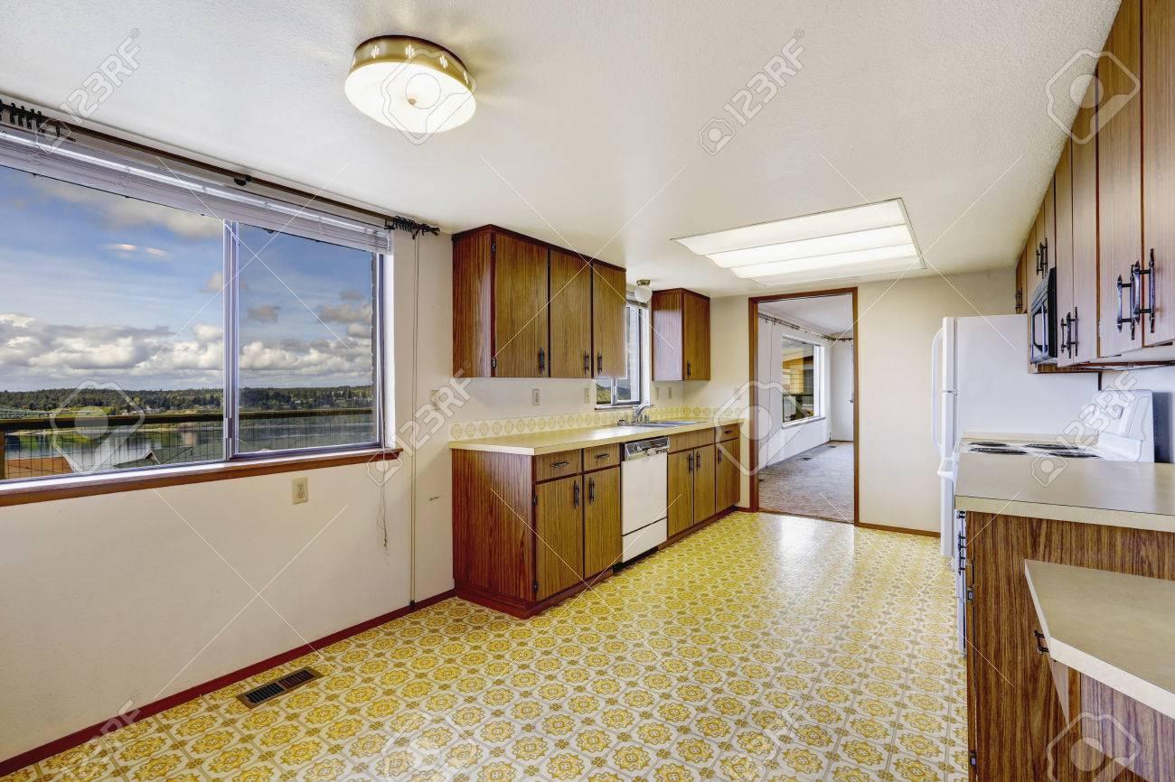 leere küche zimmer mit pvc-boden, alte speicherschränke und weiße