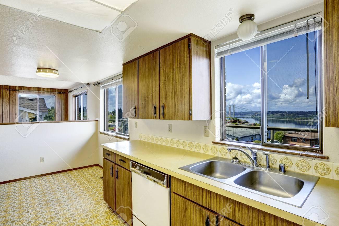 Leere Küche Zimmer Mit Linoleumboden, Alte Lagerschränke Und Weiße ...