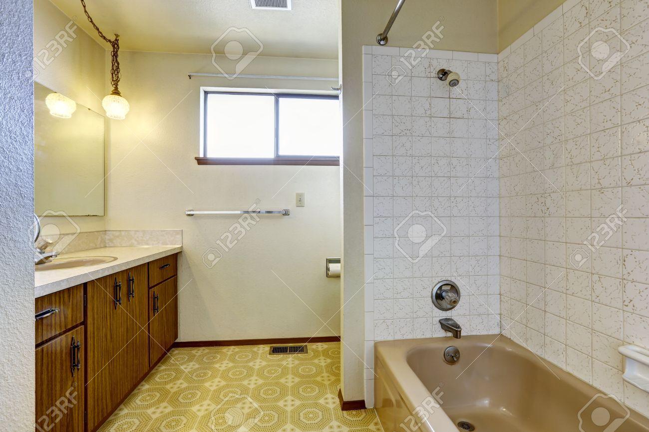lege badkamer interieur met een klein venster linoleum vloer en