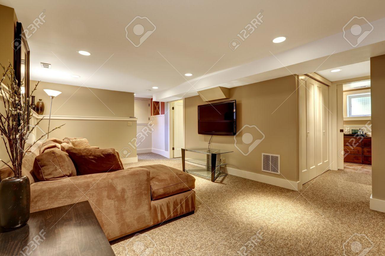Chaleureux Salon Interieur Dans Des Couleurs Douces Brun Avec Un Canape Confortable Table En Verre Et Tv
