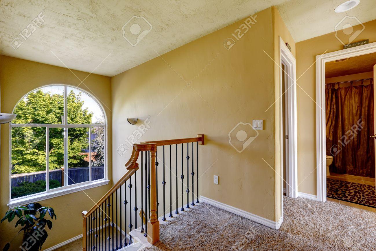 Casa Y Baño | Interior De La Casa De Lujo Pasillo De Arriba Con Escalera Y Bano