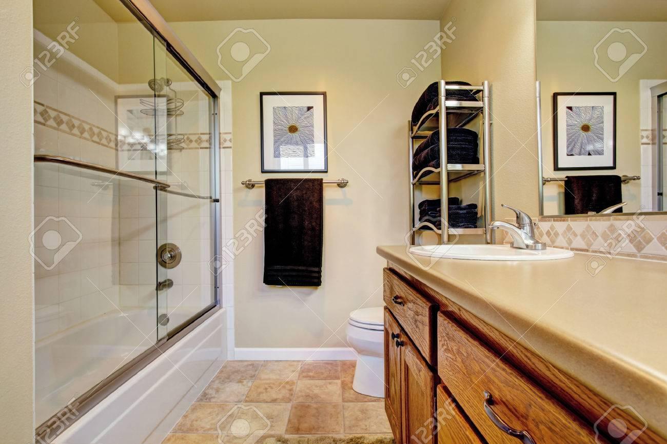 Salle De Bain Avec Bois salle de bains avec meuble-lavabo en bois et baignoire blindé
