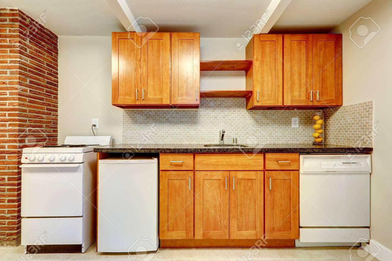 Honig Küchenschränke Mit Weiße Ware Und Fliesen Aufkantung Trim ...