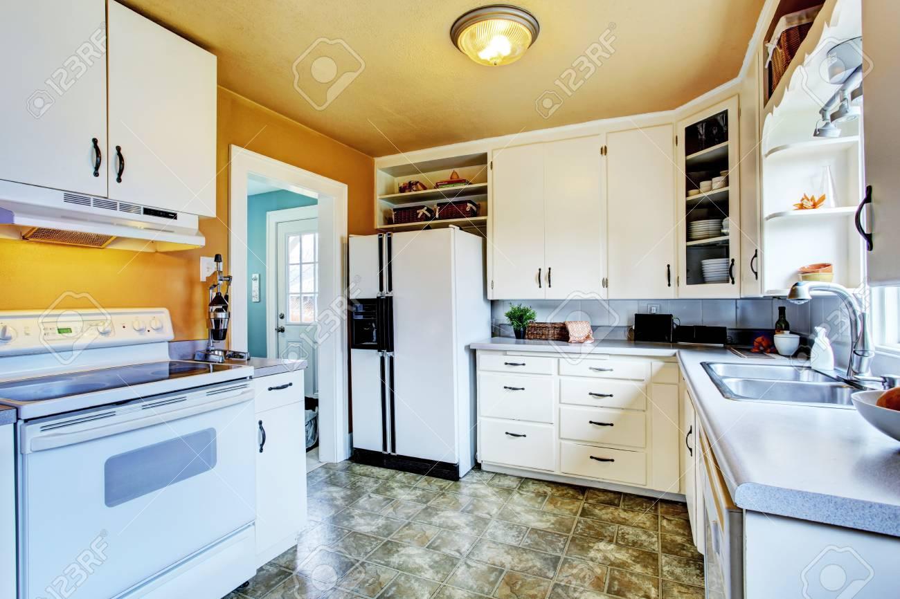Küche Interieur Im Alten Haus. Blick Auf Weiße Schränke Mit Weißen ...
