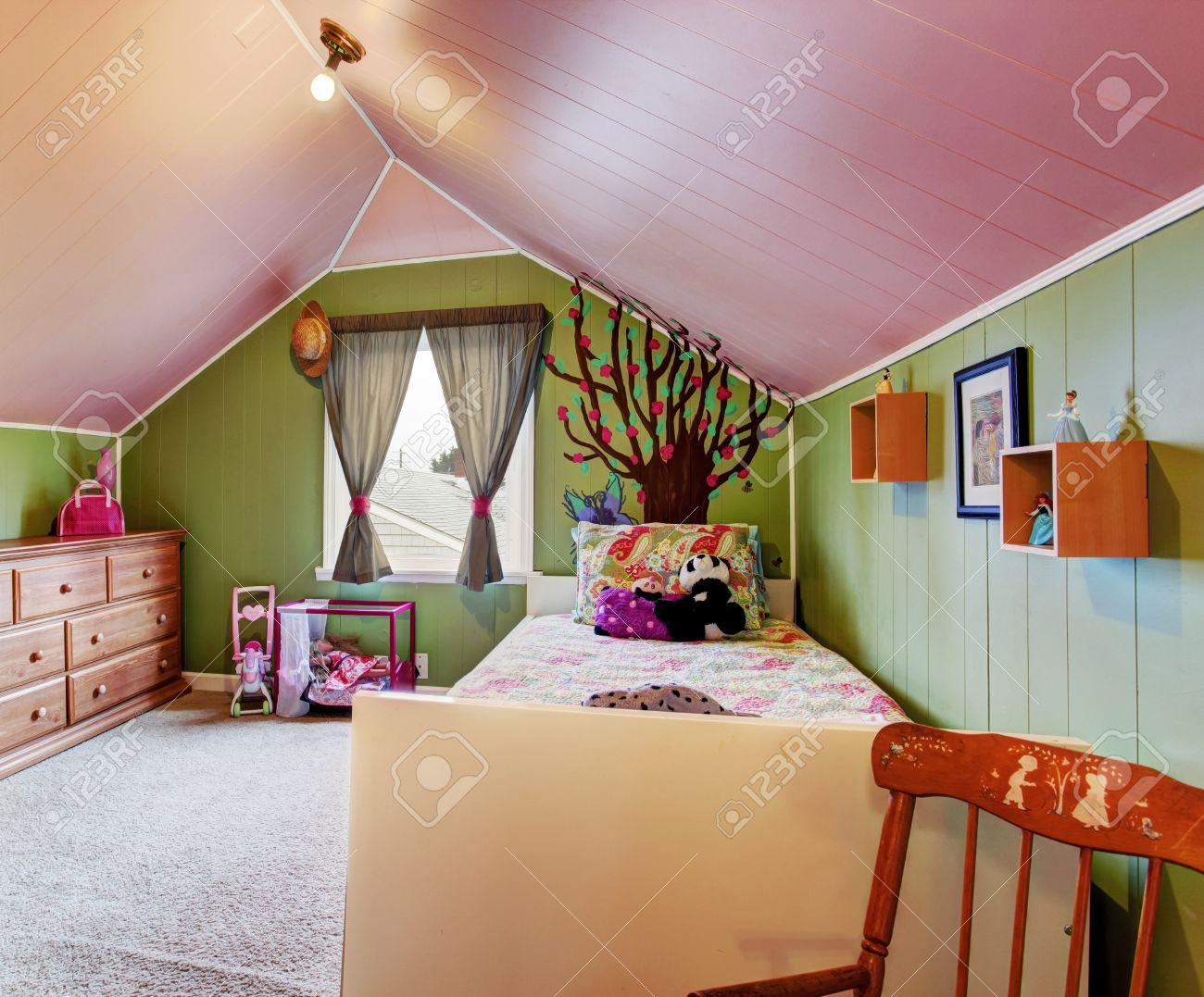 Kinderzimmer Mit Gewölbedecke Im Gegensatz Grün Und Rosa Farben.  Standard Bild   30283007