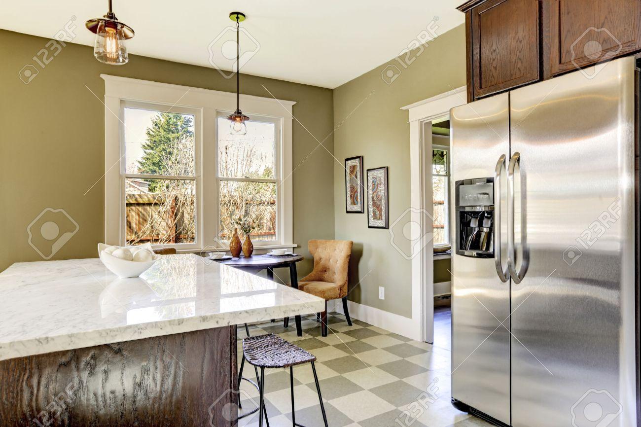 Olive-Ton Küche Zimmer Mit Stahl Kühlschrank Und Marmor Kochinsel ...