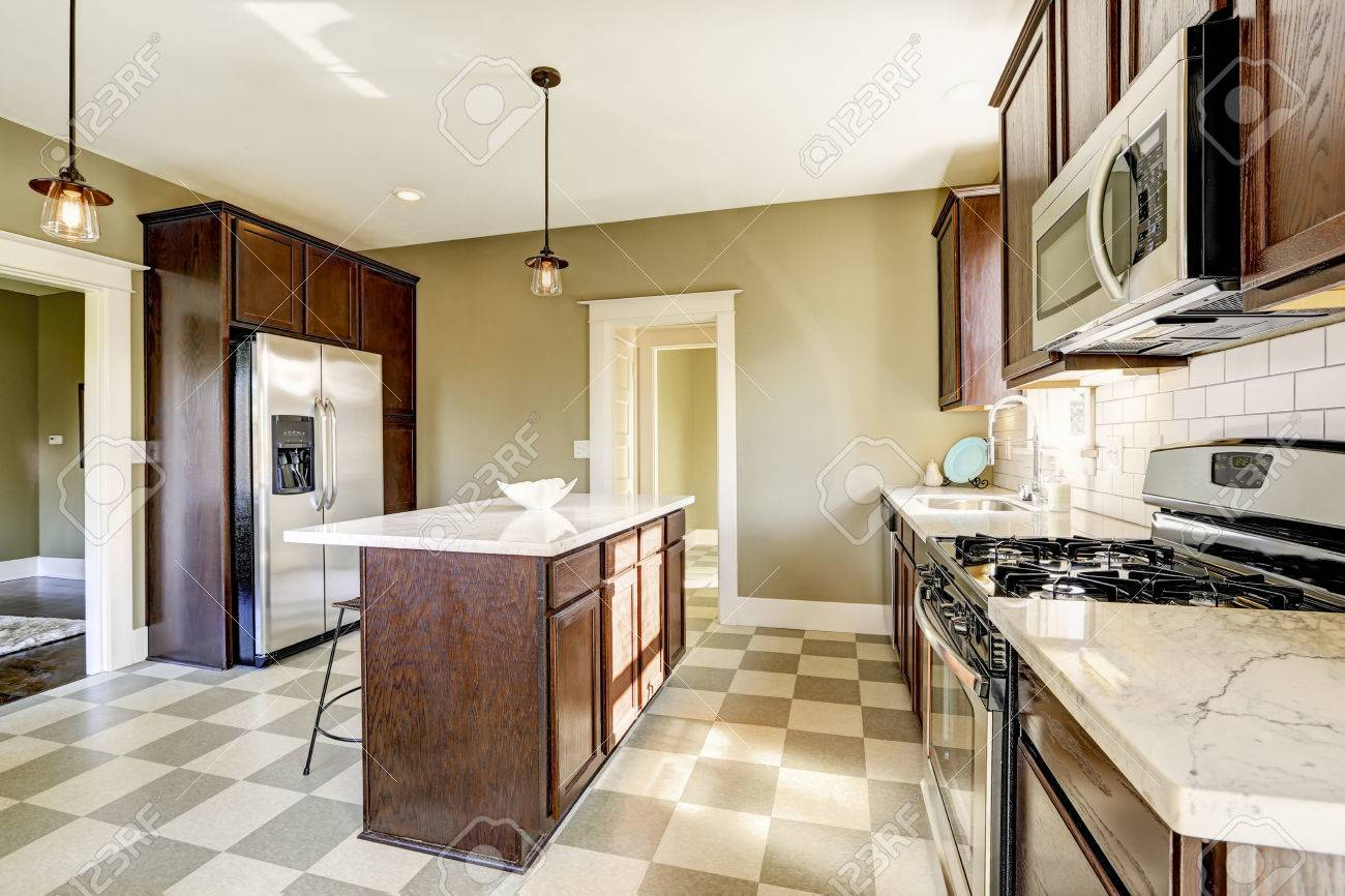 Olive toon keuken kamer met stalen apparaten en marmeren blad ...