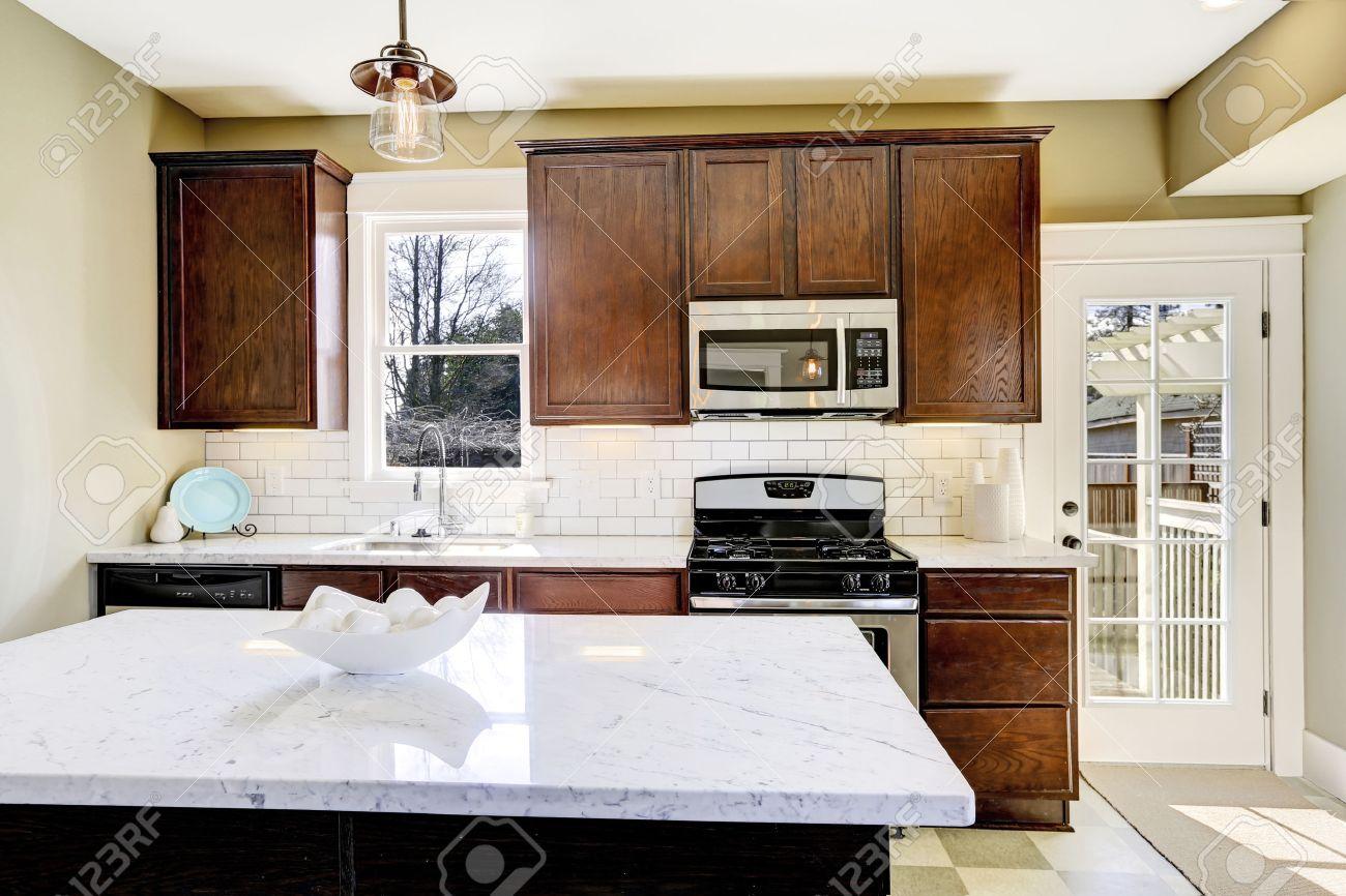 Küchenraum Mit Küchengeräten, Weißen Fliesen Aufkantung Verkleidung ...