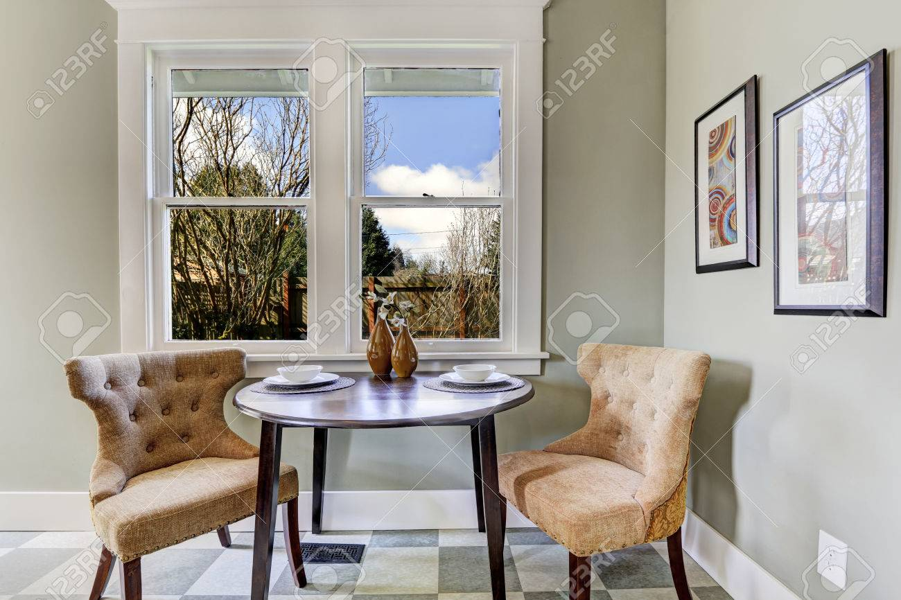 Petite Salle à Manger Dans La Salle De Cuisine. Vue De La Table ...