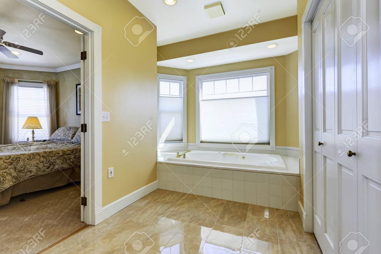 tons doux salle de bains avec fenêtres et carrelage brillant banque