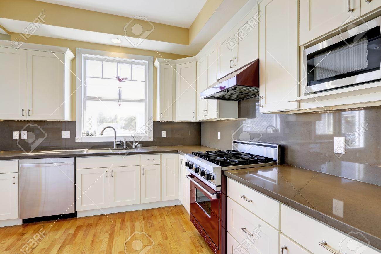 Helle Küche Zimmer Mit Parkettboden, Weiße Schränke, Burgund Herd ...
