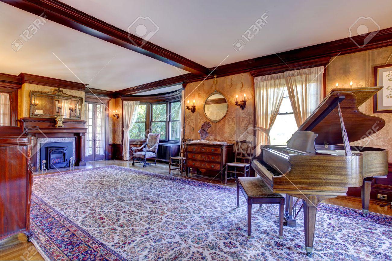 Amplio Salón-comedor Con Chimenea, Muebles Antiguos Y Un Gran Piano ...