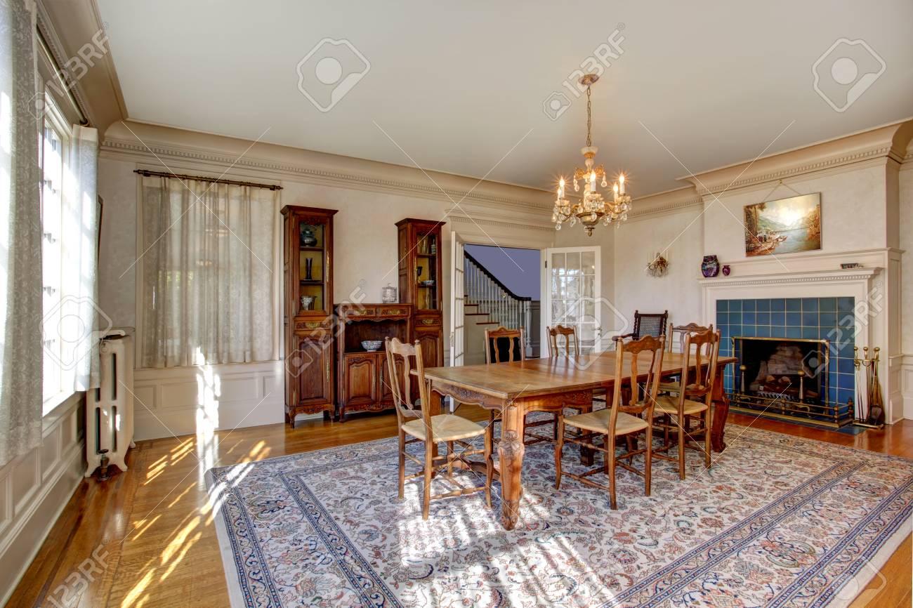 Schon Großes Esszimmer Mit Holztisch Set, Antiken Schrank Und Kamin In Luxus Haus  Standard