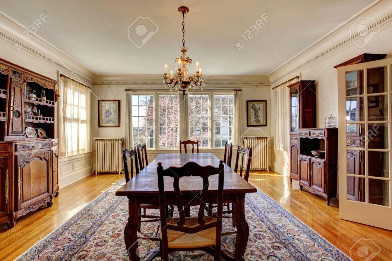 Großes Esszimmer Mit Holztisch Set, Antiken Schrank Und Kamin In Luxus Haus  Standard