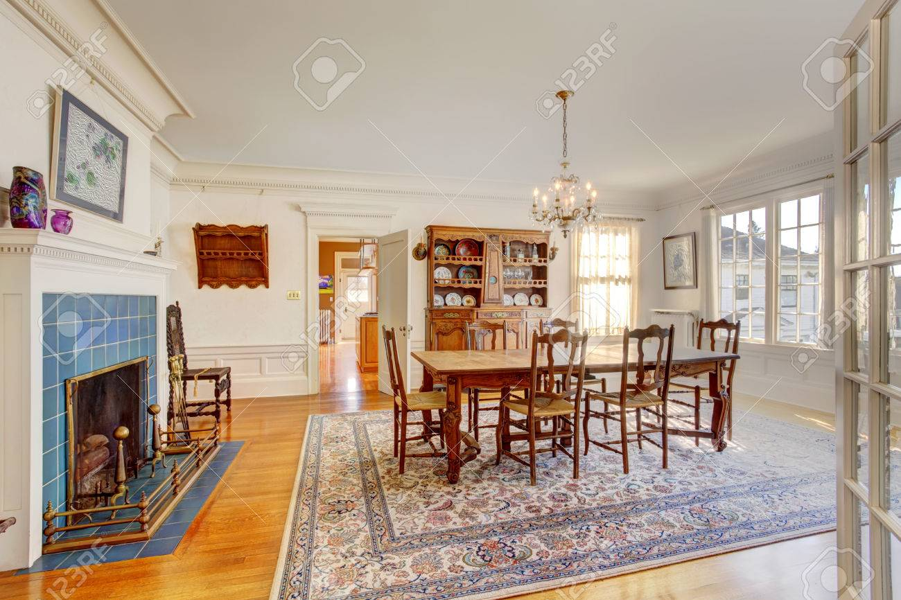 Grote Kast Eetkamer.Large Dining Room With Wooden Table Set Antique Cabinet And