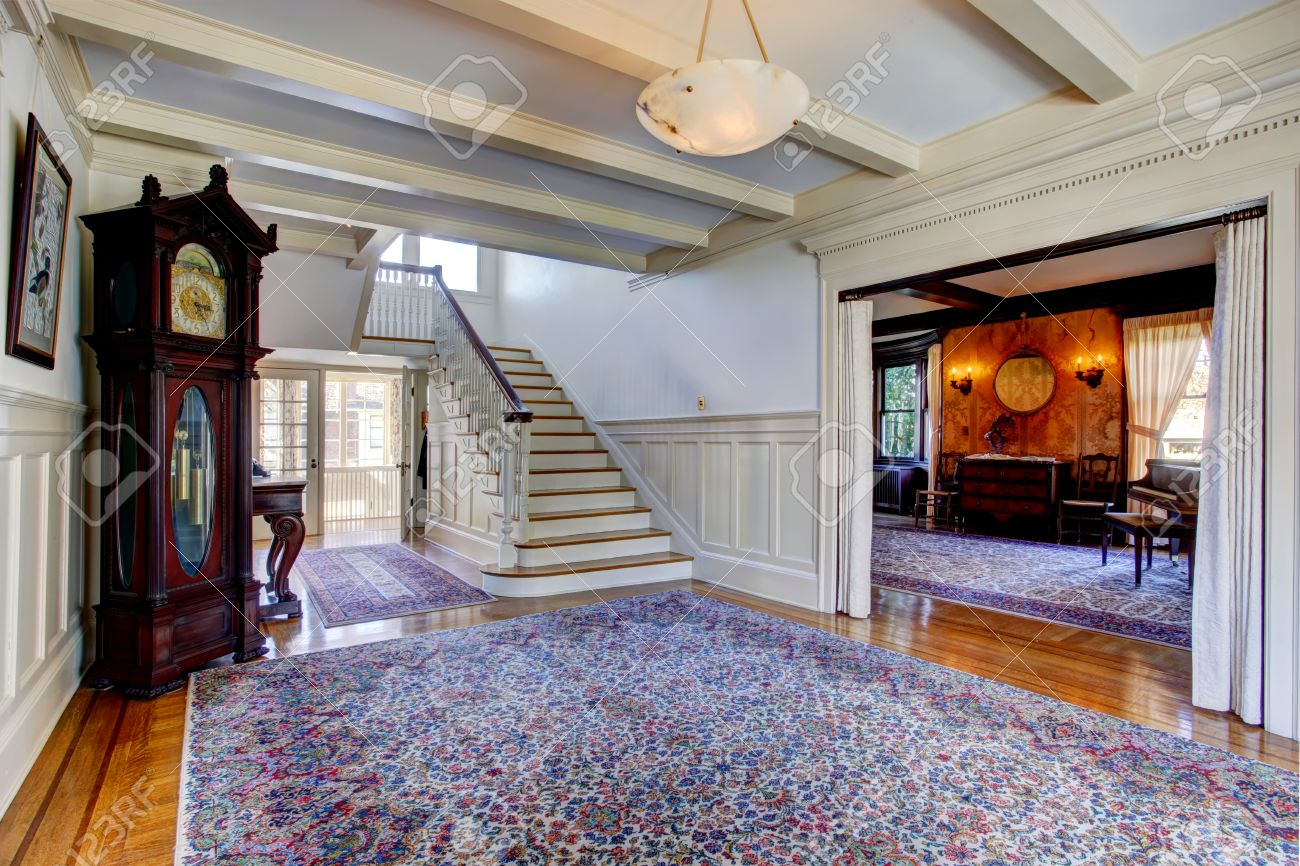 Grande Maison De Luxe Hall D Entree Avec Tapis Bleu Horloge Grand