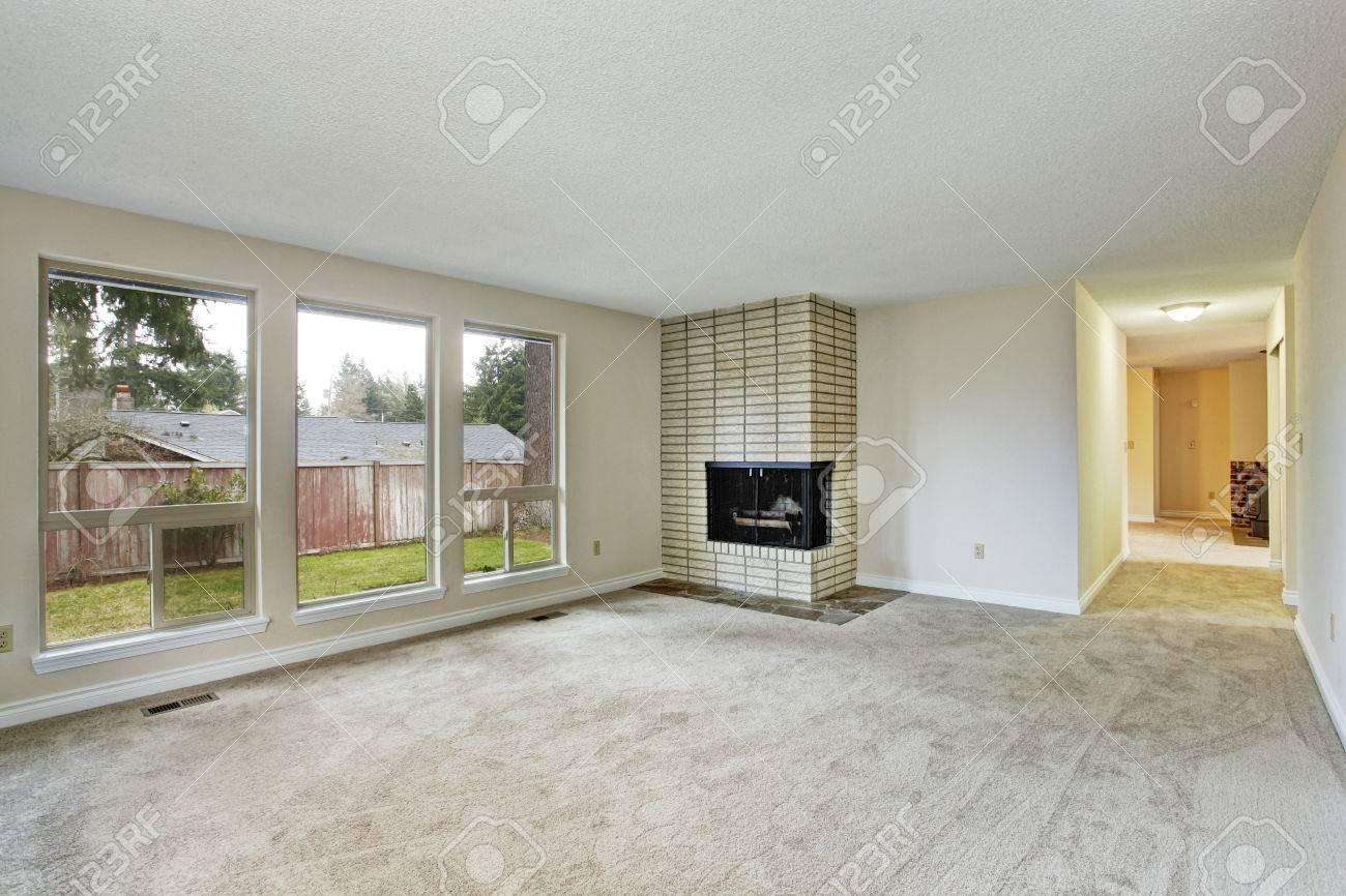 Leeres Helles Wohnzimmer Mit Kamin Und Teppichboden Lizenzfreie Bilder