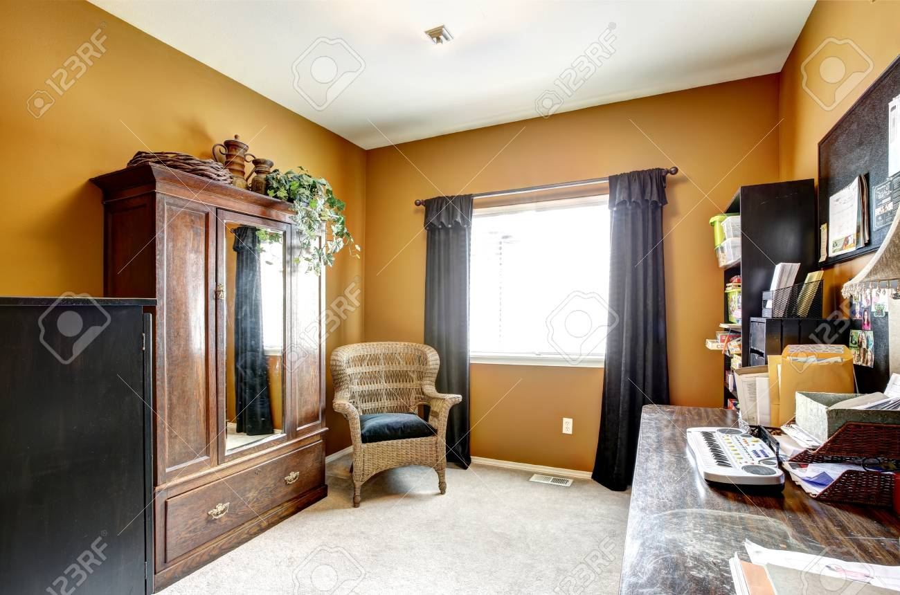 Pièce de bureau intérieur avec armoire antique chaise en osier et