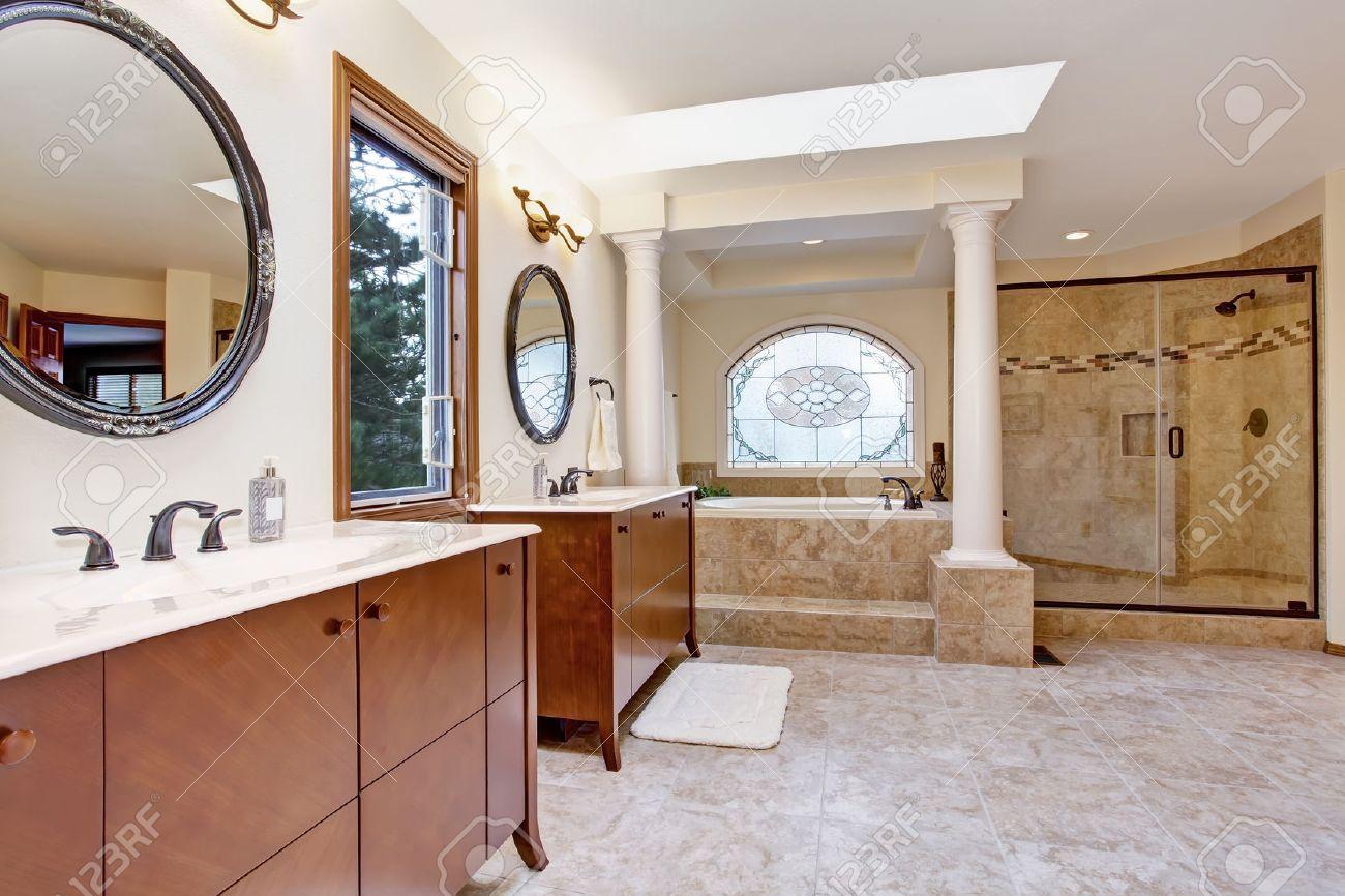Salle de bain de luxe lumineux avec porte de douche en verre ...