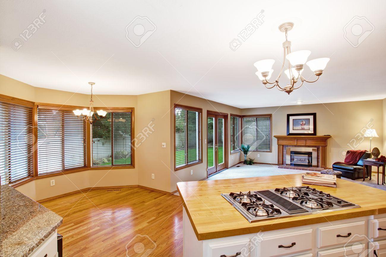 leer essbereich mit runden fenster in der küche raum. blick in die, Wohnzimmer dekoo