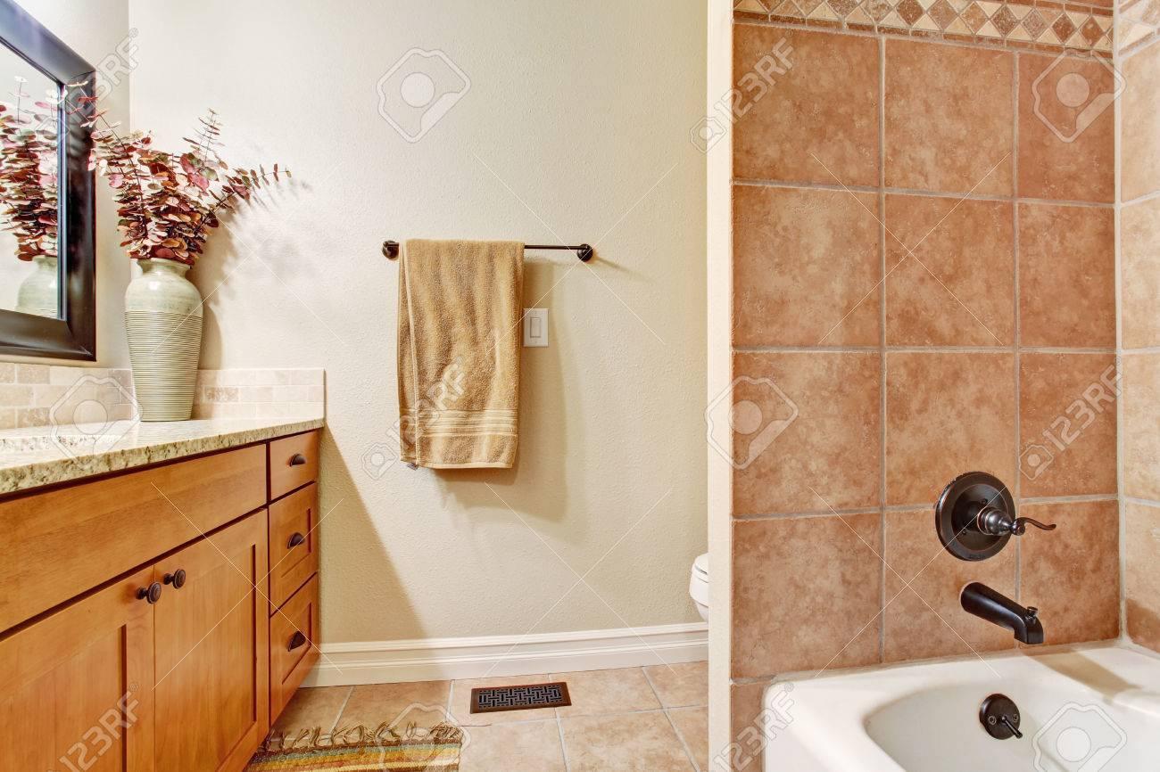 Vasca Da Bagno Semplice : Semplice bagno interno con finiture piastrelle della parete