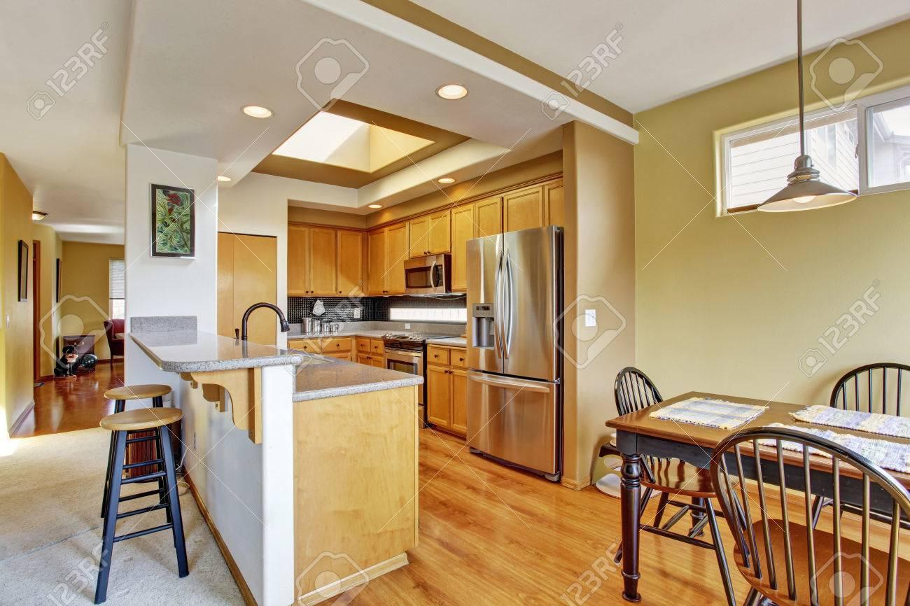 Kleine keuken kamer met dakraam en houten eettafel set royalty ...