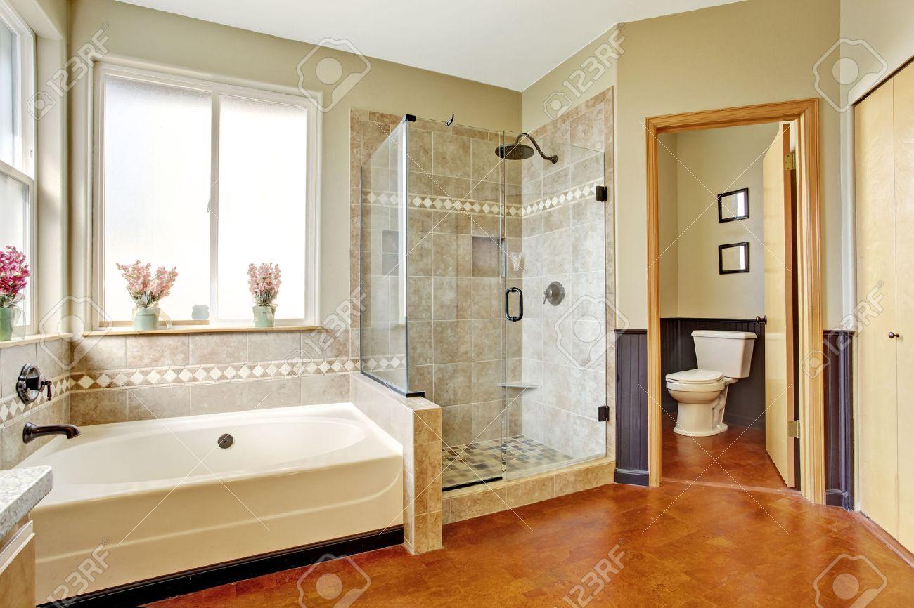 Intérieur salle de bains avec baignoire blanche, porte de douche ...