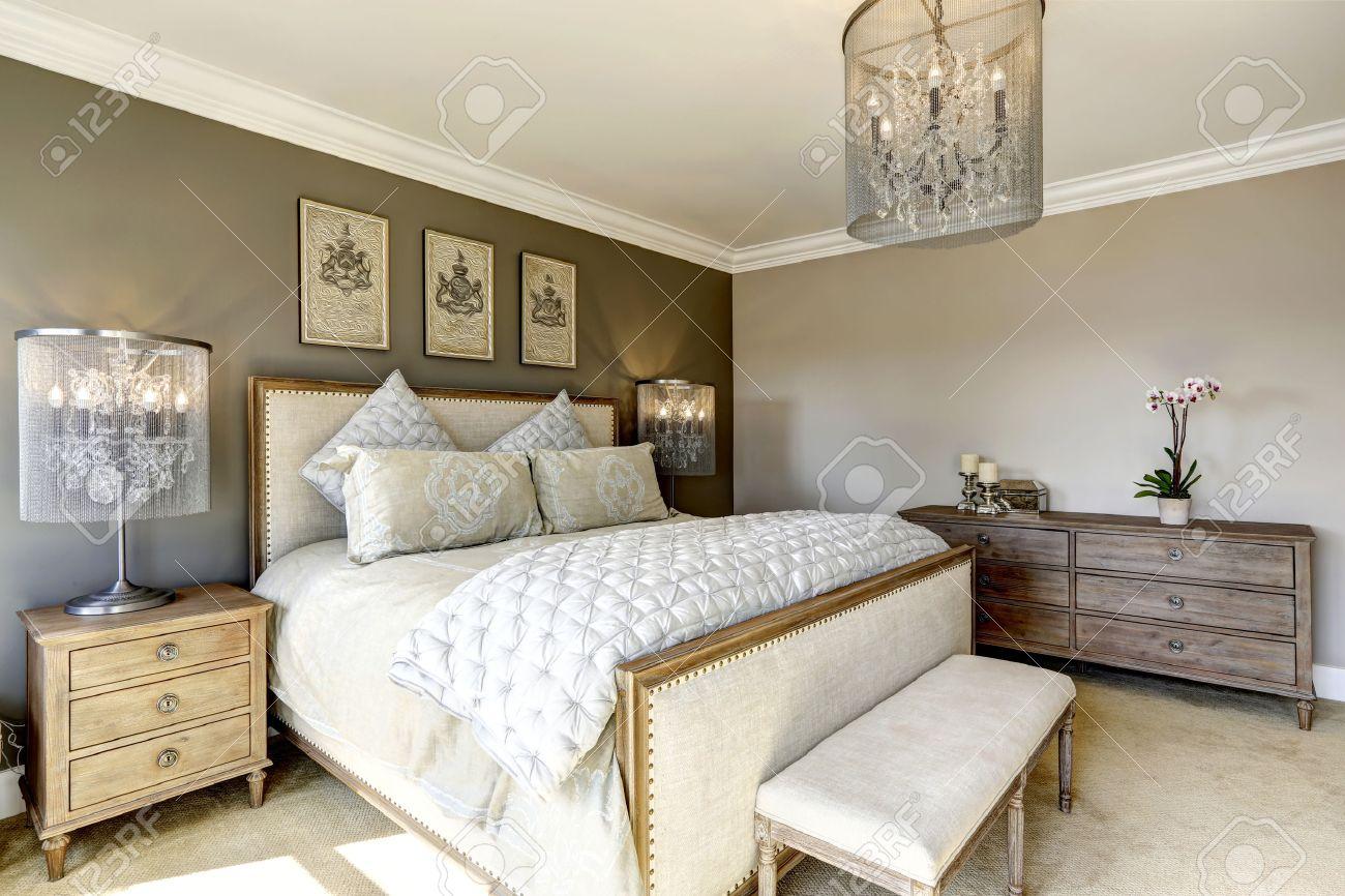 Camera da letto di lusso con interni in legno intagliato letto, comò e  comodini