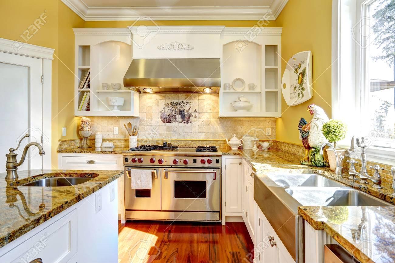 Leuchtend gelbe küche innenraum im luxus haus mit granitplatten ...