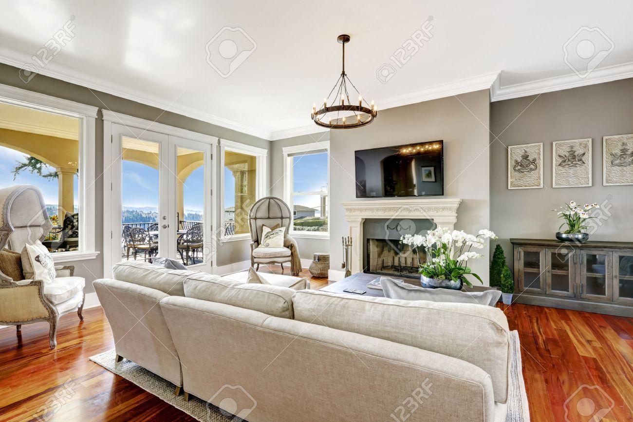 Helle Luxus Wohnzimmer Mit Kamin Und TV. Ecke Mit Antiken Stühlen Dekoriert  Haube Standard