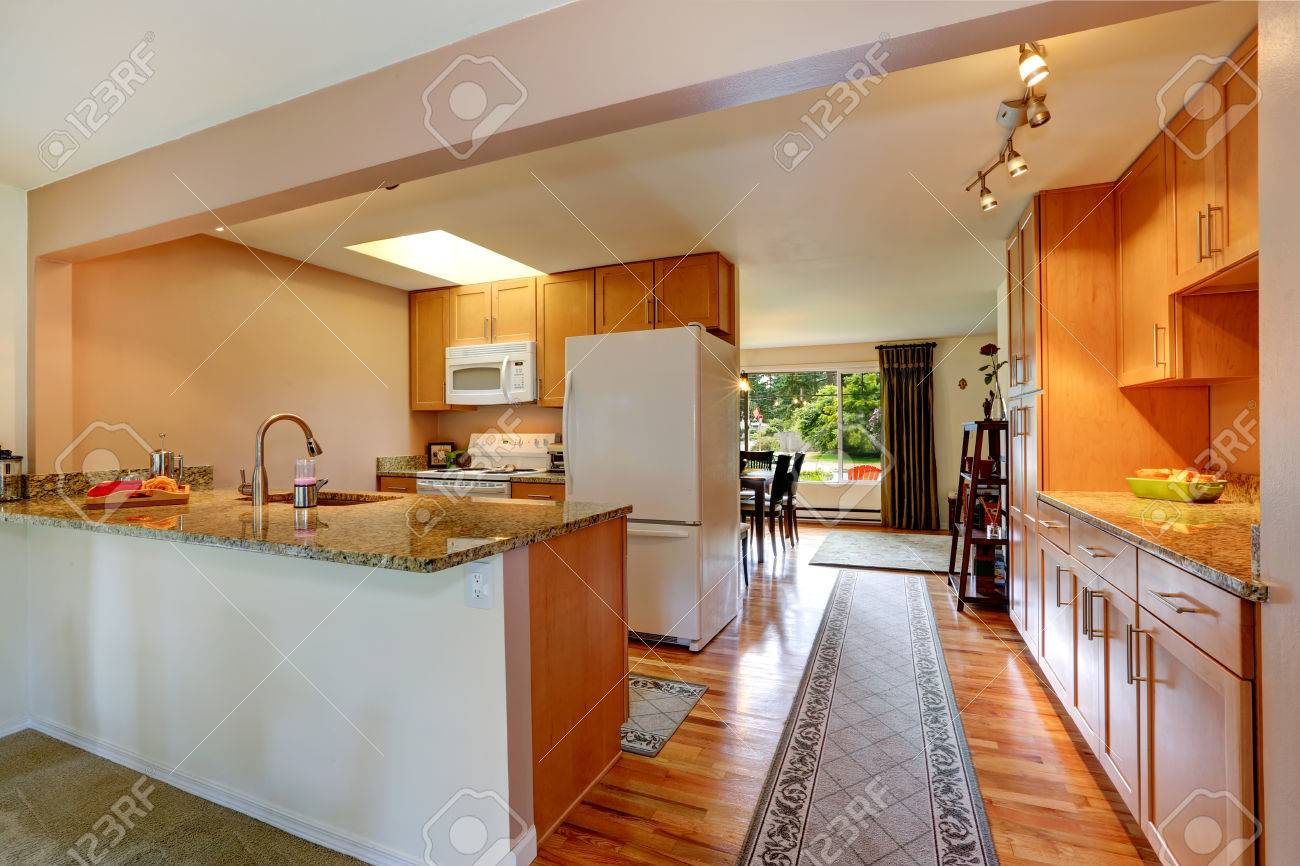 Küche Zimmer Mit Weißen Geräten Und Leichten Ton Schränke. Ansicht ...