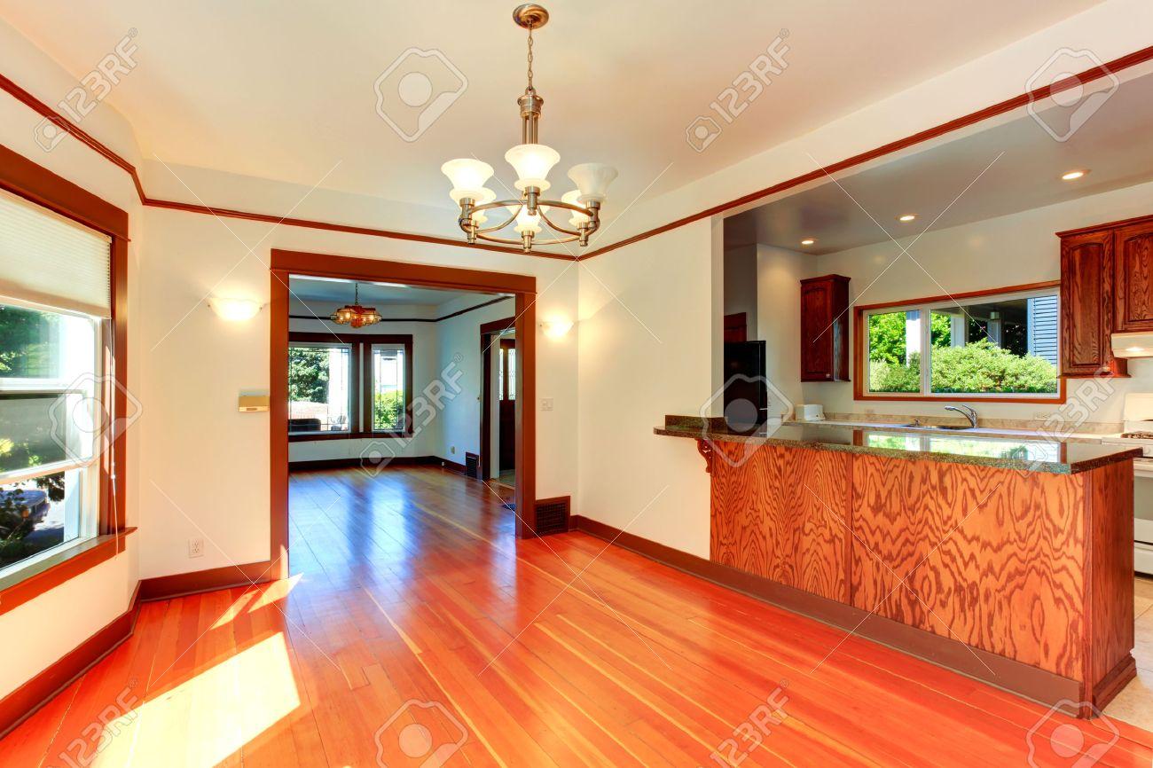 Interior De La Casa Vacía. Sala De Estar Y área De Cocina De Marfil ...