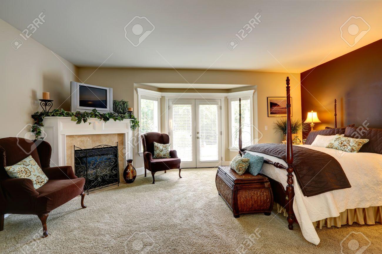 Luxus-Schlafzimmer Mit Kamin. Ansicht Der Schönen Bett Mit Hohen ...
