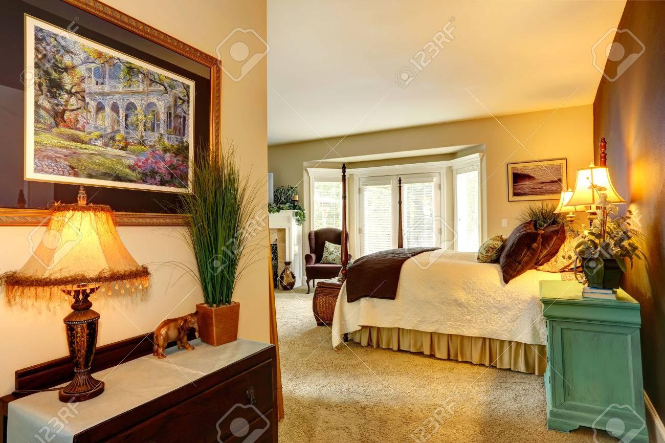Gemütliche Schlafzimmer Interieur Mit Hohen Stangen Bett Nachttisch