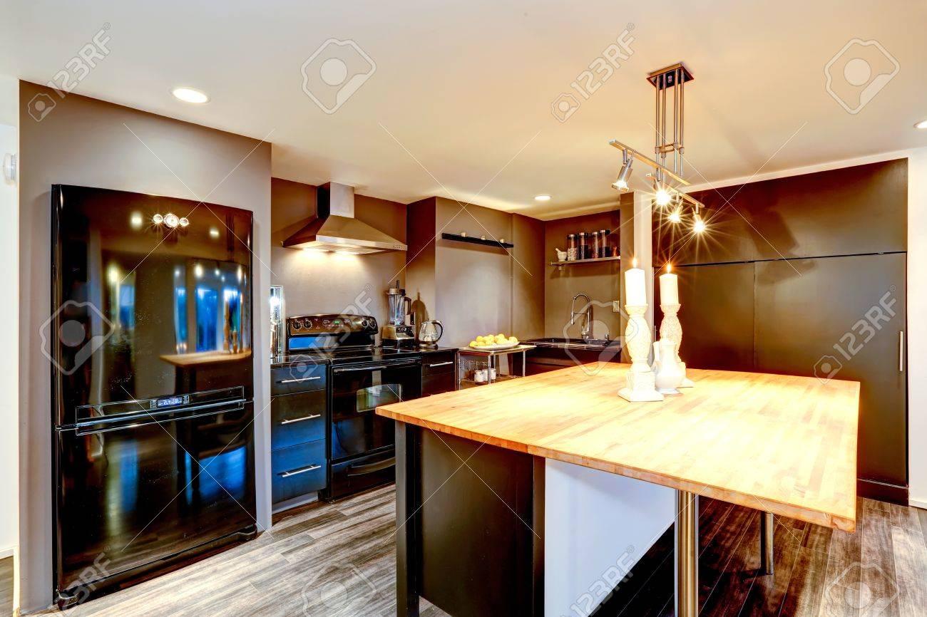 Moderne keuken interieur in donkerbruine kleur met zwarte ...