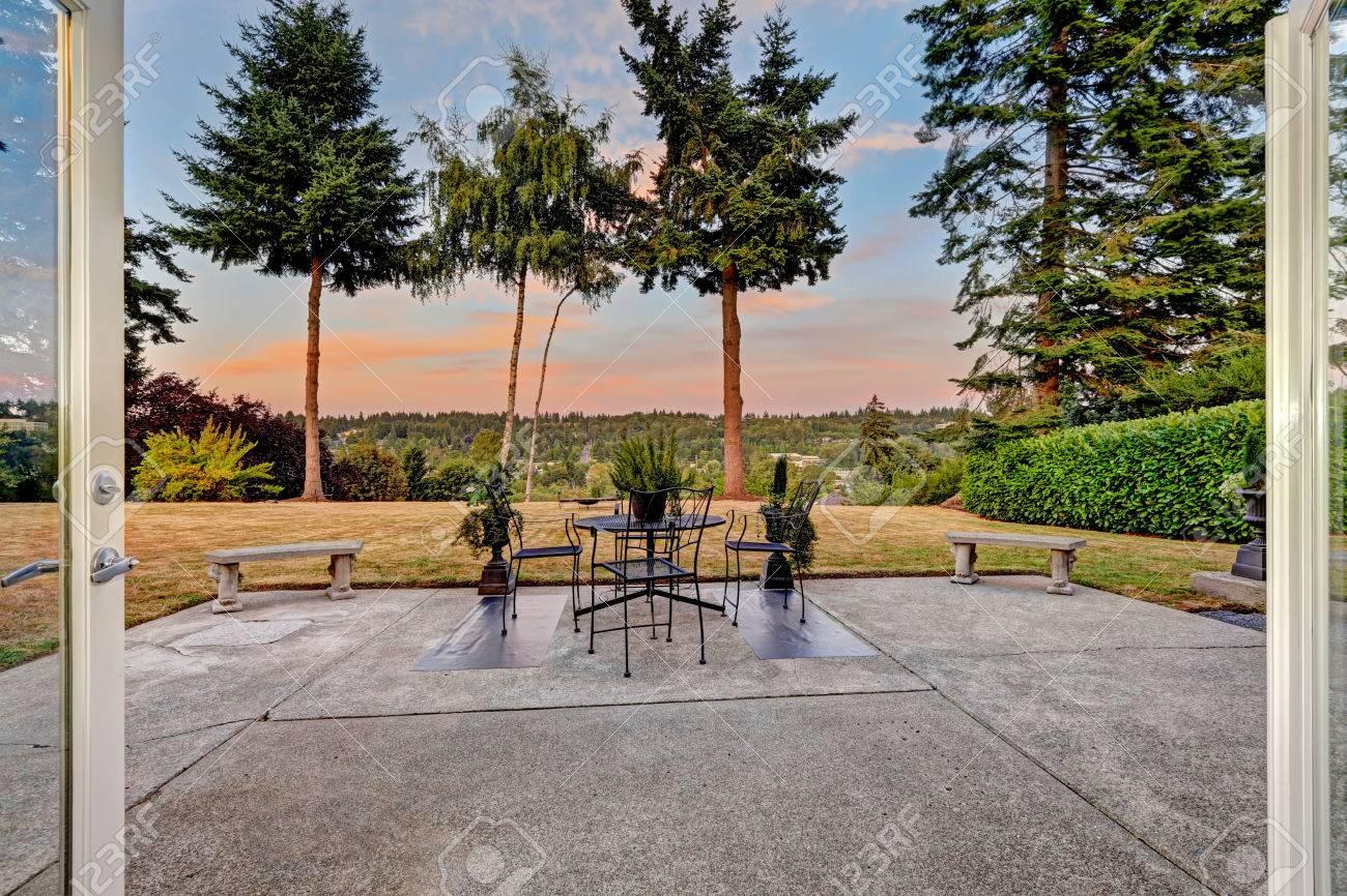 Maison débrayage terrasse avec table de jardin, bancs de pierre donnant vue  sur la cour pittoresque au coucher du soleil