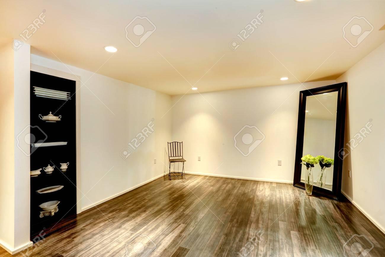 Leeres Esszimmer Mit Parkett Und Weichen Elfenbein Wänden. Zimmer Mit  Großem Spiegel Und Offenen Schrank