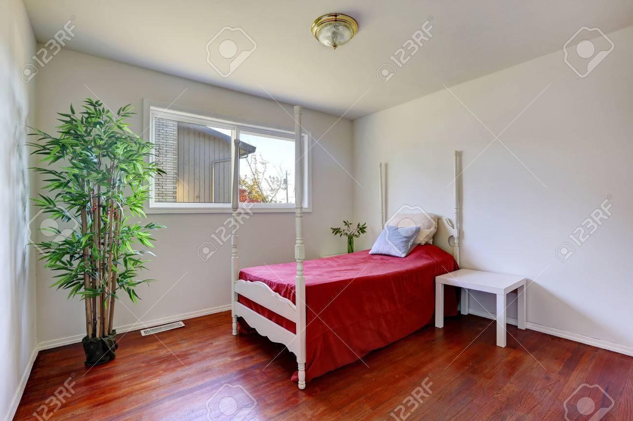 Witte Slaapkamer Met Hardhouten Vloer. Uitzicht Op Bed Met Een ...