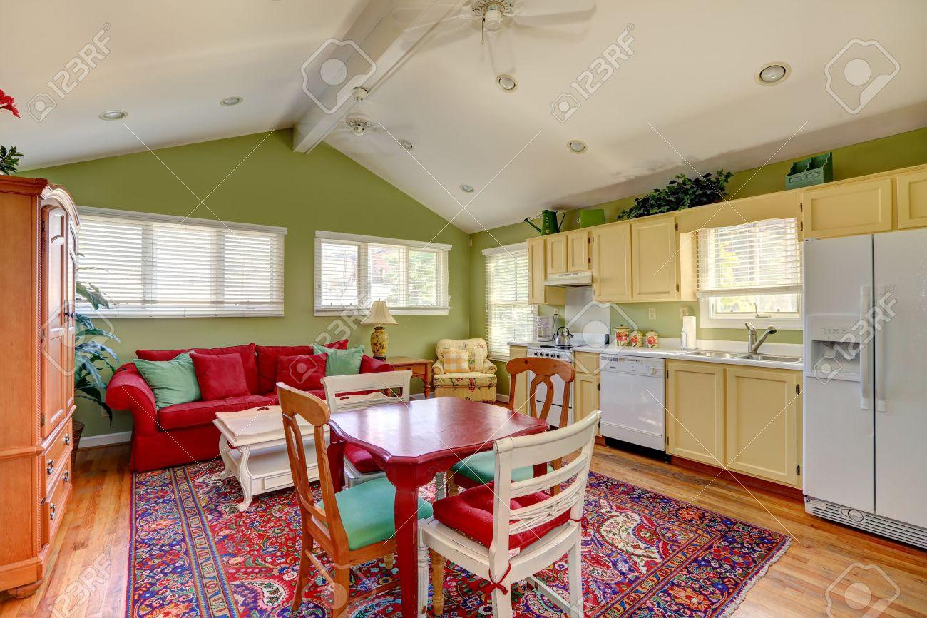 Kleurrijke kamer met groene muur, geel keukenkasten en heldere ...