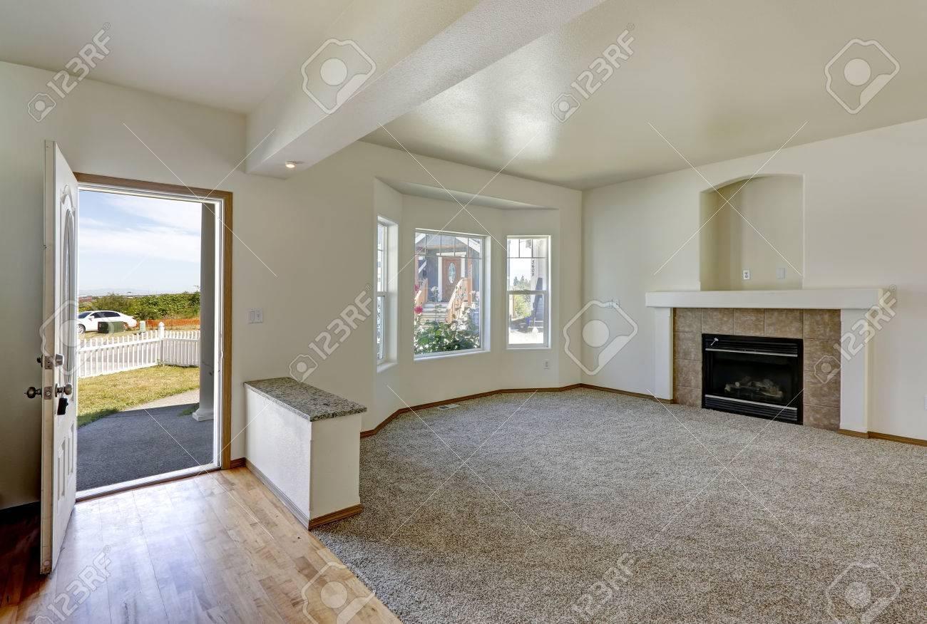 Salon avec cheminée dans la maison vide. Vue de l\'entrée couloir