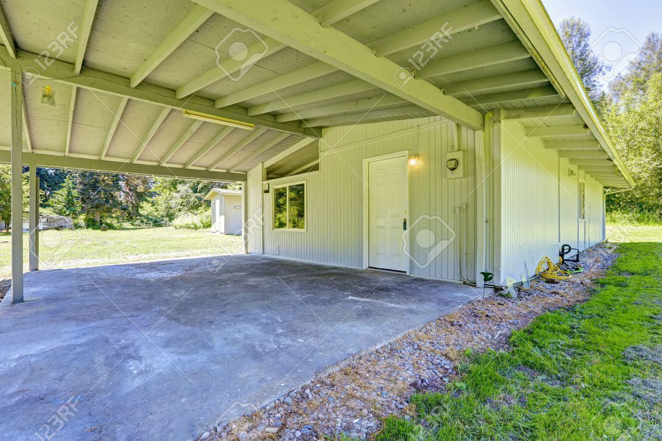 Einfaches Haus Außen Mit Ausstand Keller Und Gewölbe Lizenzfreie ...