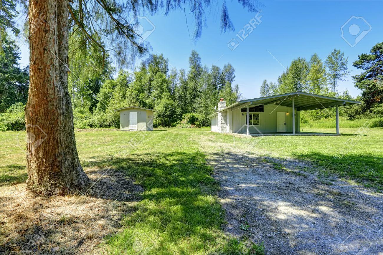 Einfaches Haus Außen Mit Ausstand Keller Und Schuppen. Landschaft ...