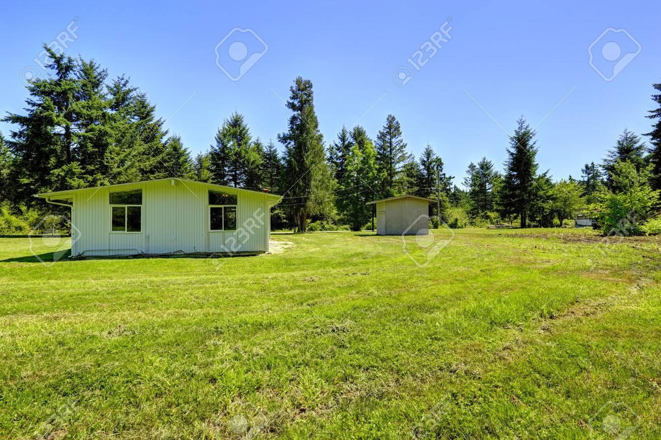 Einfaches Haus Außen Mit Schuppen. Landschaft Landschaft Lizenzfreie ...
