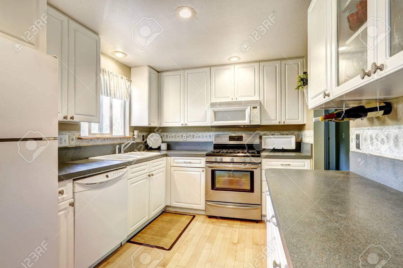 Einfache Weiße Küche Mit Stahlofen Und Granitplatten Lizenzfreie ...