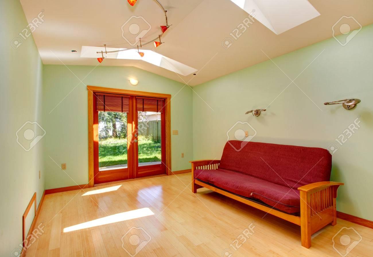 Salle de menthe lumineux avec puits de lumière et plancher de bois franc  lumière. Meublé avec canapé
