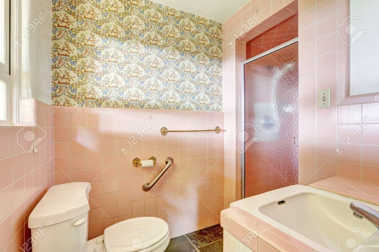 Salle de bain rose antique avec porte de douche en verre et l\'équilibre  rose de mur de carreaux. Unique construction de la maison ancienne moderne  en ...