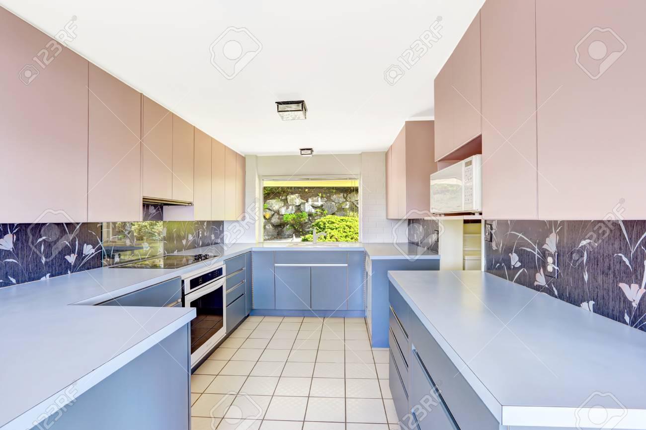 Salle Antique Cuisine avec combinaison de rangement bleu et rose, décoré  dosseret. Unique construction de la maison ancienne moderne en 1952.